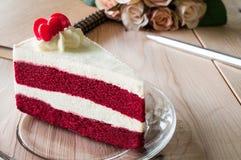 Nahaufnahme-roter Samt-Kuchen mit Glasplatte auf hölzernem Stockbild