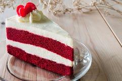 Nahaufnahme-roter Samt-Kuchen mit Glasplatte auf hölzernem Lizenzfreie Stockbilder