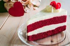Nahaufnahme-roter Samt-Kuchen mit Glasplatte auf hölzernem Stockbilder