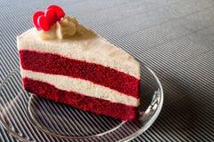 Nahaufnahme-roter Samt-Kuchen mit Glasplatte auf Streifenrotpapier Stockbild