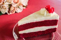 Nahaufnahme-roter Samt-Kuchen mit Glasplatte auf Streifenrotpapier Stockfotografie