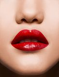 Nahaufnahme-rotes Lippenmake-up sinnlich Lizenzfreie Stockfotos