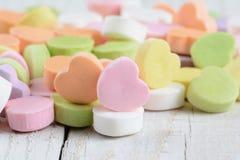 Nahaufnahme-Süßigkeits-Herzen auf hölzerner Tabelle stockfotografie