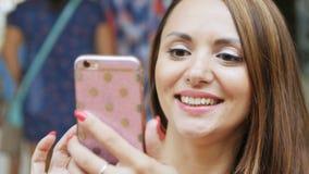 Nahaufnahme-schöne junge frohe Frau macht Foto und lächelt stock footage