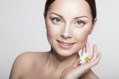 Nahaufnahme-Schönheits-Frauen-Gesicht Vollkommene Haut Frauenfuß im Wasser Stockfoto