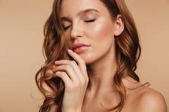 Nahaufnahme-Schönheitsporträt der sinnlichen Ingwerfrau mit dem langen Haar lizenzfreies stockfoto