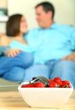 Nahaufnahme-Schüssel der Erdbeere mit Gabel zwei lizenzfreie stockfotos