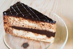 Nahaufnahme-Schokoladen-Kuchen mit Glasplatte Lizenzfreie Stockfotos