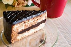 Nahaufnahme-Schokoladen-Kuchen mit Glasplatte auf hölzernem Stockfotos