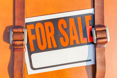 Nahaufnahme schoss für vom Verkaufszeichenstock auf dem braunen ledernen Reisen Lizenzfreie Stockfotografie
