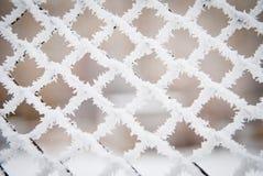 Nahaufnahme schoss vom Frost und vom Schnee auf einem Zaun Stockfotos