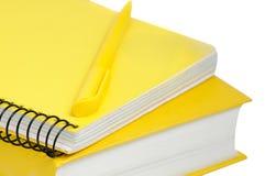 Nahaufnahme schoss vom gelben Buch, vom Copybook und von der Feder Stockbilder