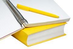 Nahaufnahme schoss vom gelben Buch, vom Copybook und von der Feder Lizenzfreie Stockfotos