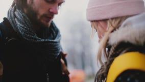 Nahaufnahme schoss vom glücklichen hübschen jungen Mann, der seiner Freundin an einem schneebedeckten Neujahr einen Feiertagspräs stock video