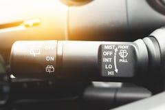 Nahaufnahme schoss vom männlichen Fahrer, der herein Geschwindigkeit von Schirmwischern justiert Lizenzfreies Stockbild