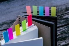 Nahaufnahme schoss vom Notizbuch mit Farbanmerkungsvorsprung Notizbuch mit colo stockbilder