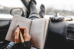 Nahaufnahme schoss vom Notizbuch und vom Stift in den Händen Lizenzfreie Stockbilder