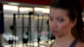 Nahaufnahme schoss vom selbstbewussten Schönheitstraining in der Turnhalle, zur Schau trägt Training stock video