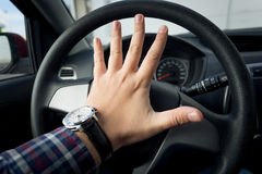 Nahaufnahme schoss vom verärgerten Fahrer, der im Verkehr hupt Lizenzfreies Stockbild