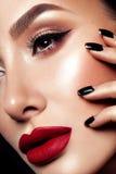 Nahaufnahme schoss von den Frauenlippen mit rotem Lippenstift stockfotografie
