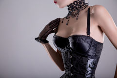 Nahaufnahme schoss von der eleganten jungen Frau im silbernen Korsett Stockbild