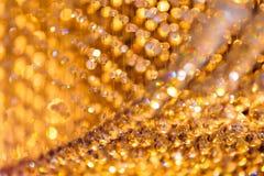 Nahaufnahme schoss von der Kristallleuchterdekoration mit goldenem Licht Stockbilder