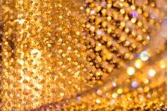 Nahaufnahme schoss von der Kristallleuchterdekoration mit goldenem Licht Lizenzfreie Stockfotografie