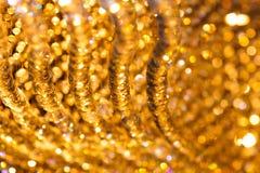 Nahaufnahme schoss von der Kristallleuchterdekoration mit goldenem Licht Lizenzfreies Stockbild