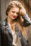 Nahaufnahme schoss von der positiven jungen Frau mit den roten Lippen und üppigem blon Stockfotos