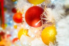 Nahaufnahme schoss von der Weihnachtszeitdekoration mit rotem und gelbem Ba Stockfotografie