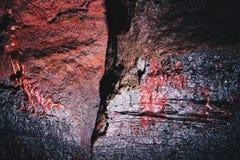 Nahaufnahme schoss von einem Sprung in einem Felsen mit schönen Beschaffenheiten lizenzfreie stockfotos