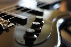 Nahaufnahme schoss von einer Bass-Gitarrenbrücke - Fender-Jazz Bass-Artbrücke stockbilder