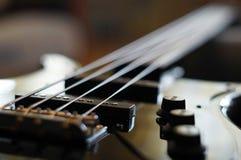 Nahaufnahme schoss von einer Bass-Gitarrenbrücke - Fender-Jazz Bass-Artbrücke stockfotografie