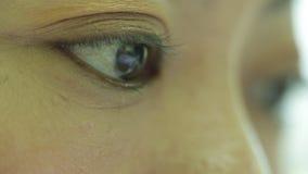 Nahaufnahme schoss von surfendem Internet des asiatischen weiblichen Auges stock footage