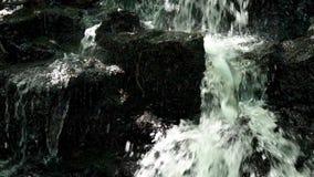 NAHAUFNAHME SCHOTTLAND HD DES WASSERFALL-TITL UNTEN stock video footage