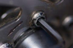 Nahaufnahme schwarzes unbrako Schlüsselwerkzeug, das mechanische Teile des Fahrrades abschraubt Lizenzfreie Stockfotos