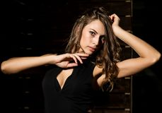 Nahaufnahme sexy nettes businessgirl auf einem dunklen Hintergrund Mode und Make-up, Schönheit im Geschäft Stockbild