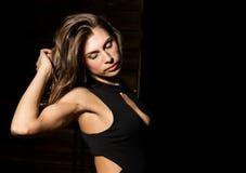 Nahaufnahme sexy nettes businessgirl auf einem dunklen Hintergrund Mode und Make-up, Schönheit im Geschäft Lizenzfreie Stockfotografie
