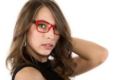 Nahaufnahme sexy nettes businessgirl in den roten Gläsern Mode und Make-up, Schönheit im Geschäft Stockfotografie