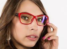 Nahaufnahme sexy nettes businessgirl in den roten Gläsern Mode und Make-up, Schönheit im Geschäft Stockbild