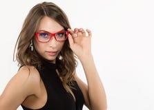 Nahaufnahme sexy nettes businessgirl in den roten Gläsern Mode und Make-up, Schönheit im Geschäft Stockbilder