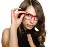 Nahaufnahme sexy nettes businessgirl in den roten Gläsern Mode und Make-up, Schönheit im Geschäft Lizenzfreie Stockbilder