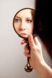 Nahaufnahme-Spiegel-Reflexion des Gesichtes einer Frau Stockfoto