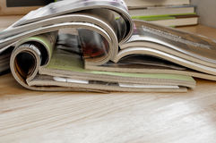 Nahaufnahme-Stapel bunte Zeitschriften Stockbild