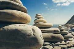 Nahaufnahme-Stein-Zen Pyramids At Beach On-Seehintergrund Konzept der Harmonie und der Balance Stockfotos
