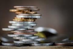 Nahaufnahme strack von Geldmünzen stockfotos