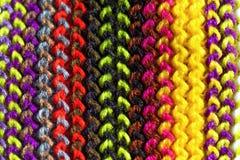 Nahaufnahme stricken nähend, handgemachtes woolen Gewebe stockfotografie