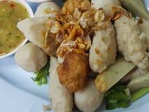 Nahaufnahme, thailändisches Lebensmittel: Mischungsfleischklöschen gedient mit einer köstlichen Soße Stockfoto