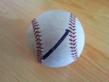 Nahaufnahme und Draufsicht eines harten Balls des weißen Krickets Stockfotos