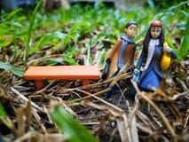 Nahaufnahme und Makroschuß von den Miniaturleuten, die mit ihrem Koffer reisen stockfoto